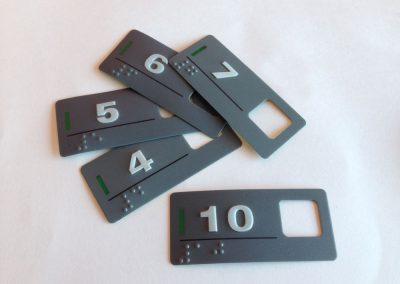 etiquetas-em-policarbonato-auto-relevo-braile-em-sp